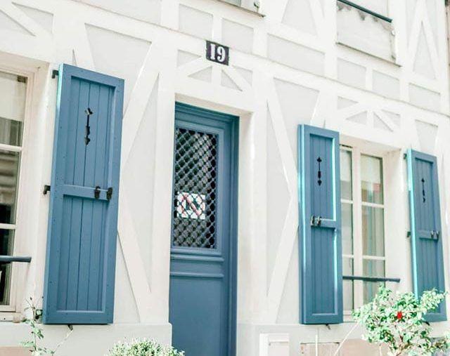 une rue et porte d'entrée accueillante